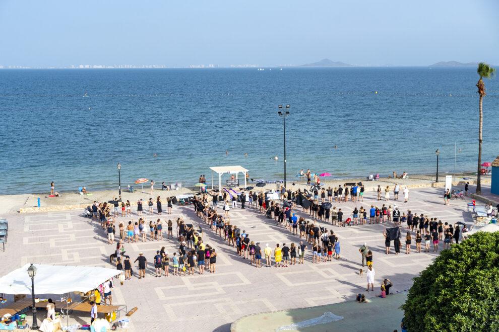Vecinos forman las letras SOS en una concentración en La playa del Espejo el pasado viernes, en Los Alcázares, Región de Murcia (España).