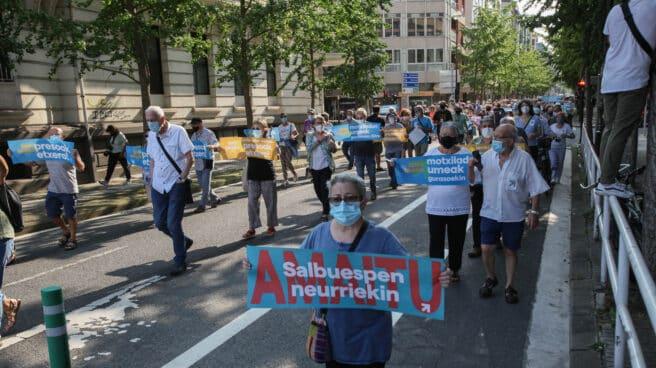 Ciudadanos en una manifestación a favor del acercamiento de los reclusos de ETA