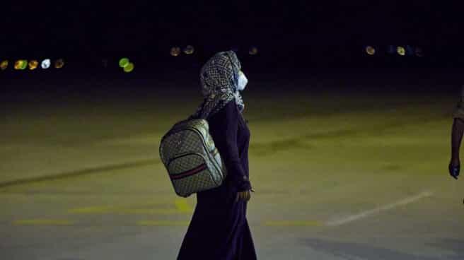 Una mujer repatriada camina a su llegada a la Base Aérea de Torrejón tras bajarse del séptimo avión procedente de Afganistán