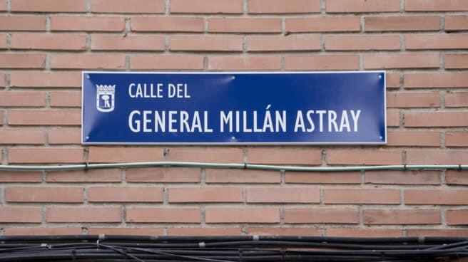 Placa de la calle general Millán Astray el día en que ha sido recolocada