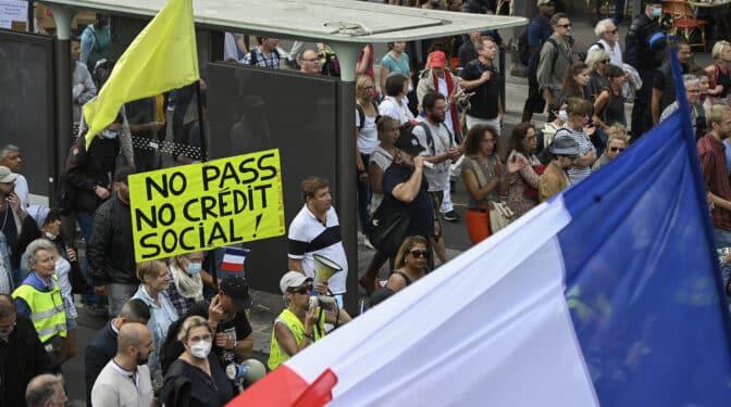 Macron gana la partida a los negacionistas, la vacunación se dispara en Francia