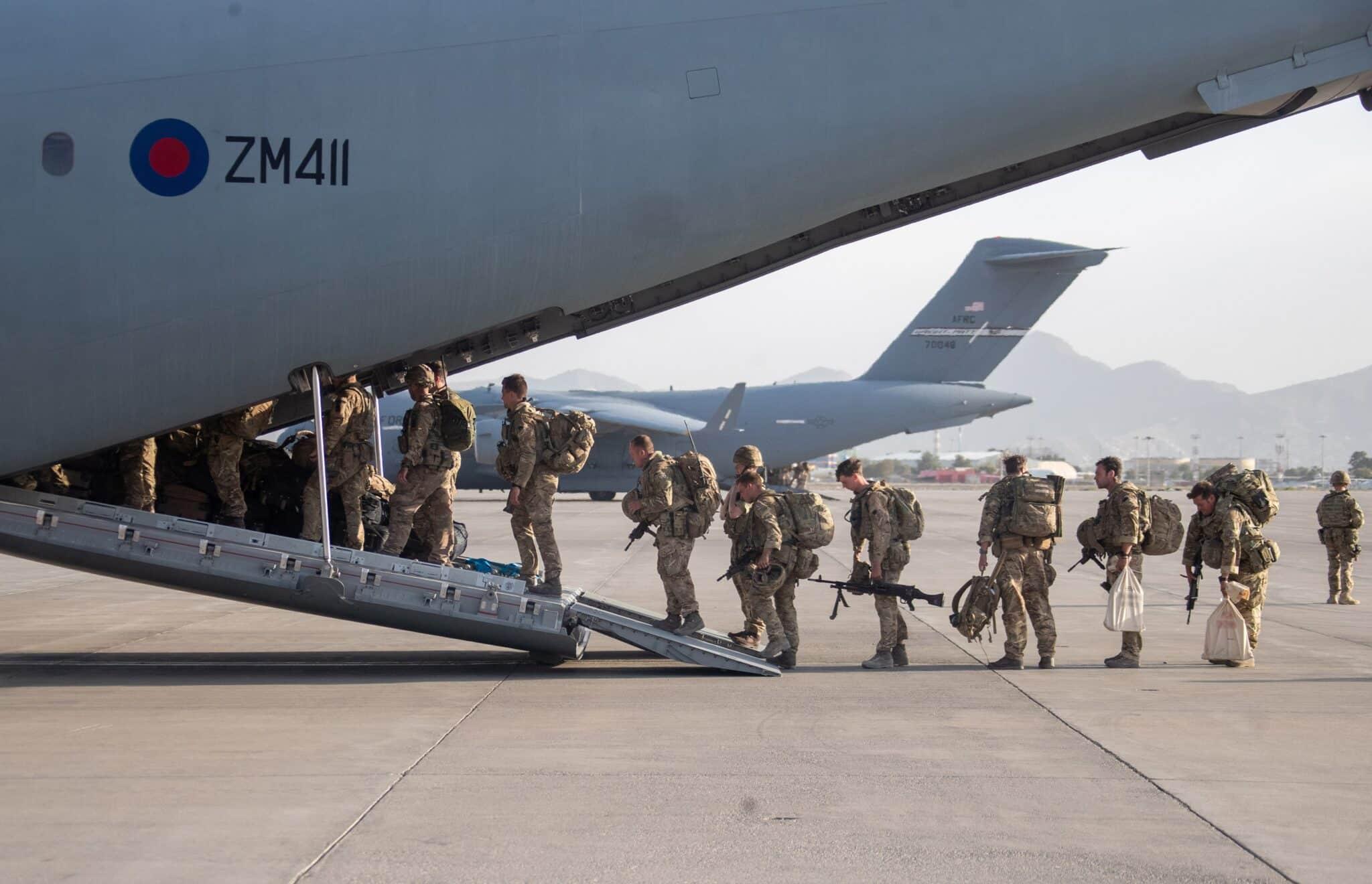 Las tropas americanas abandonan Kabul en un avión militar.