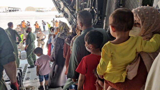 Un grupo de afganos evacuados por España a su llegada a Doha