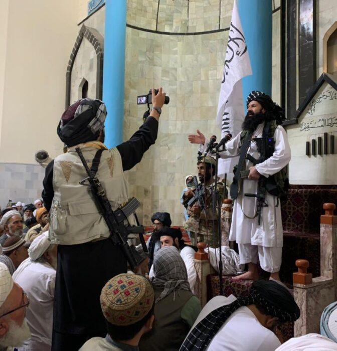La conquista talibán, del AK-47 al smartphone