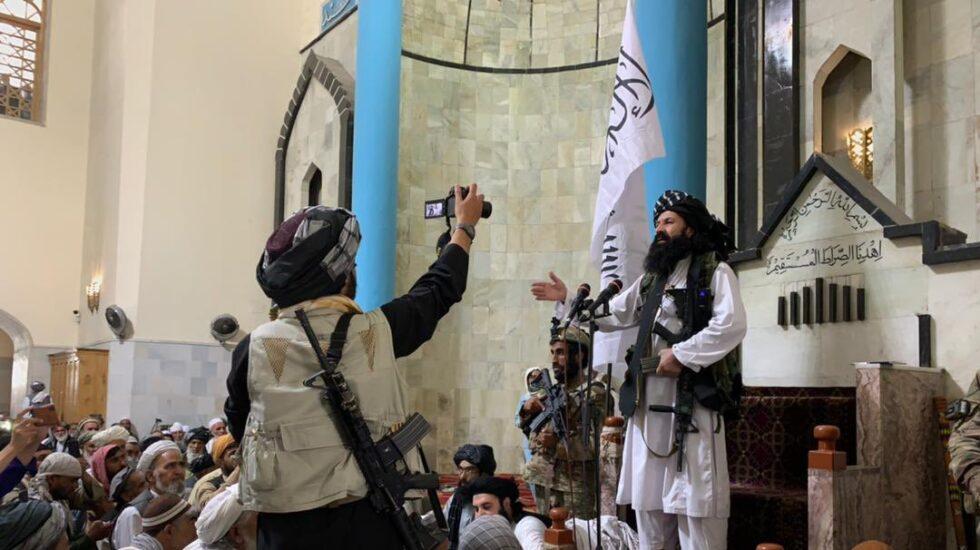Un talibán filma la plegaria en una mezquita de Kabul
