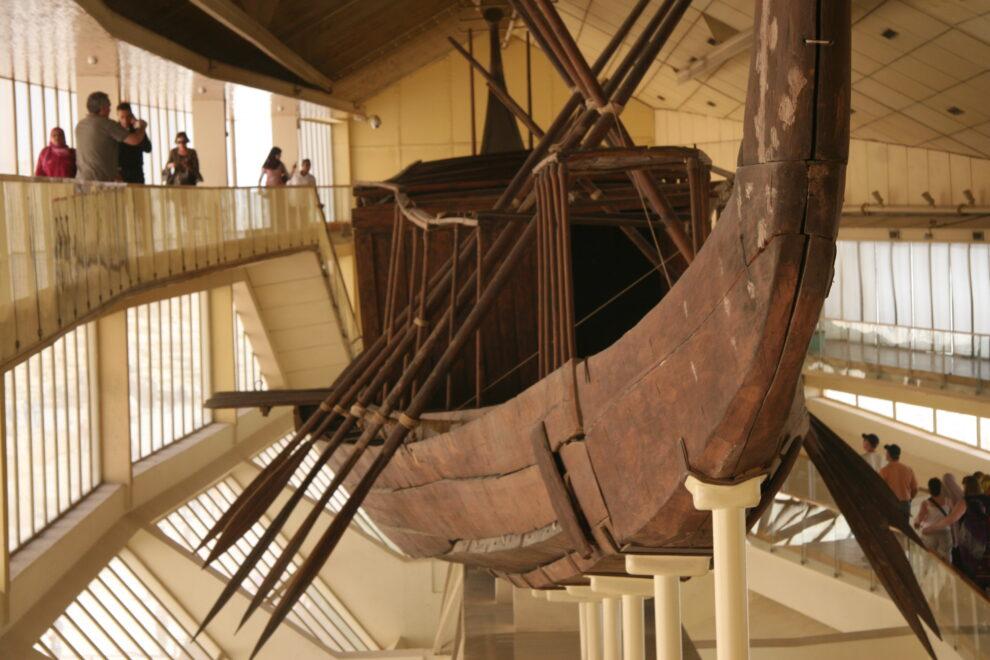 La primera barca solar de Keops, en el museo que acaba de abandonar
