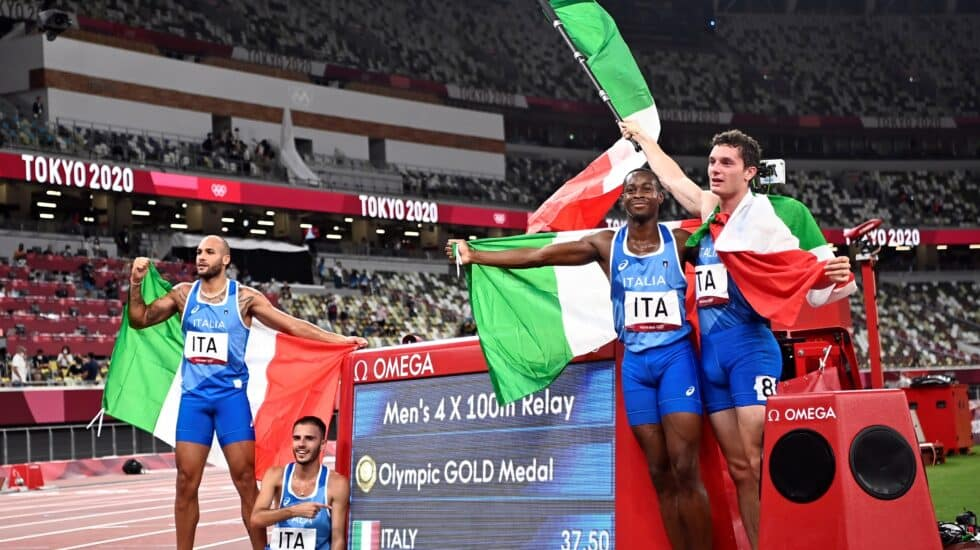 Los sprinters italianos del 4x100 celebran el oro en el Estadio Olímpico