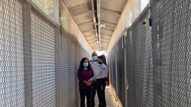 Juana Ruiz, con pies y manos esposados, en la primera imagen desde su arresto en abril
