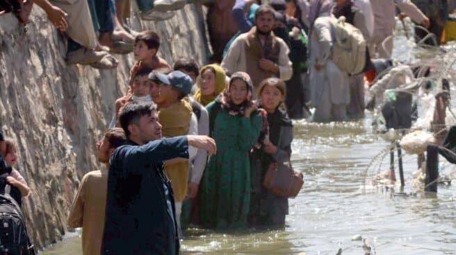 Cientos de afganos en las inmediaciones del aeropuerto de Kabul