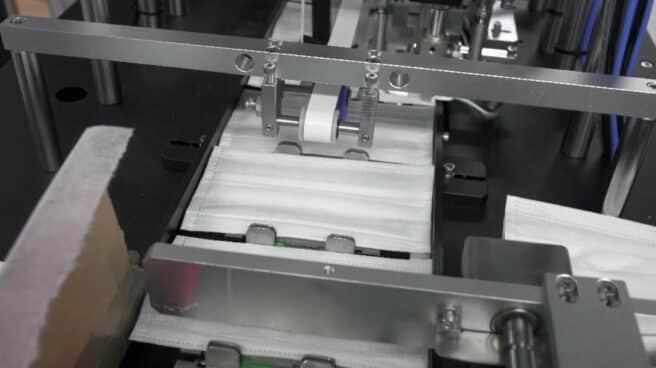 Fotografía de una máquina de producción de mascarillas
