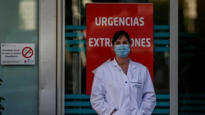 Una sanitaria, en la puerta de un hospital de Madrid