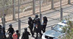 Un agente de la Guardia Civil resulta herido tras el asalto de marroquíes a Ceuta