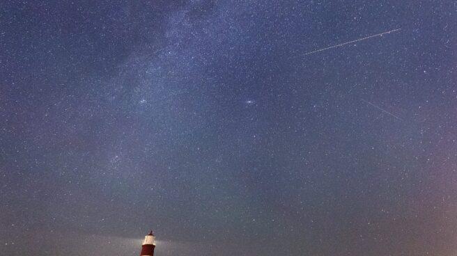 Un meteoroide viaja a través de los cielos durante la lluvia de meteoros Perseidas