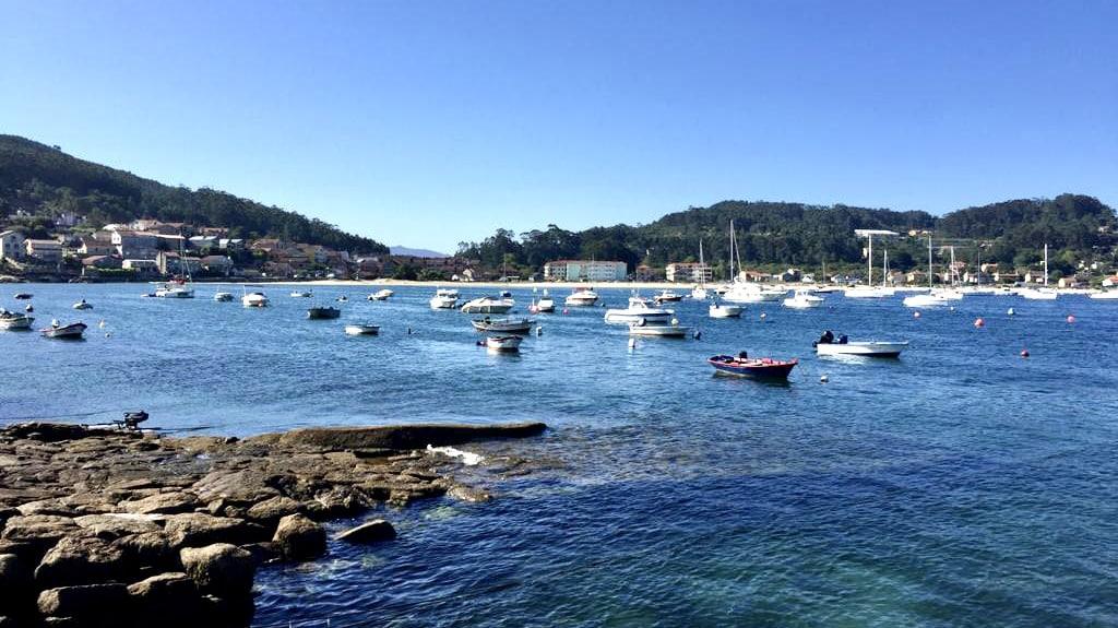 Varios barcos en las aguas cristalinas de la ría de Aldán, en Galicia