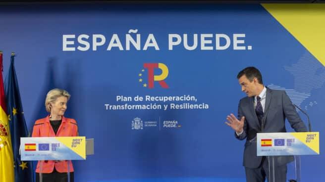 La presidenta de la Comisión Europea, Ursula von der Leyen, y el presidente del Gobierno, Pedro Sánchez, en junio en la sede de Red Eléctrica, en Alcobendas, Madrid.