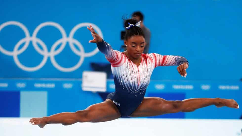 Simone Biles, durante la final de barra en los Juegos Olímpicos de Tokio 2020