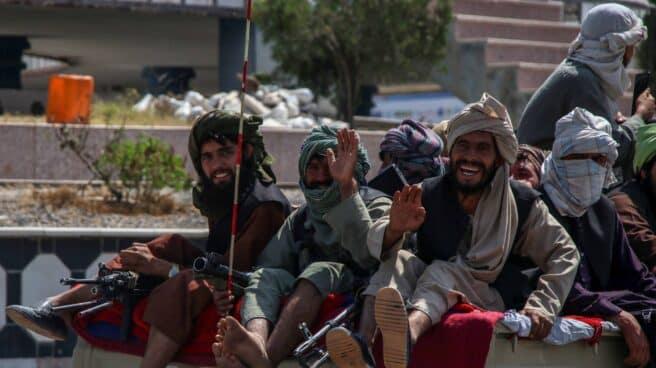 Varios talibanes en una furgoneta en Kandahar, su bastión
