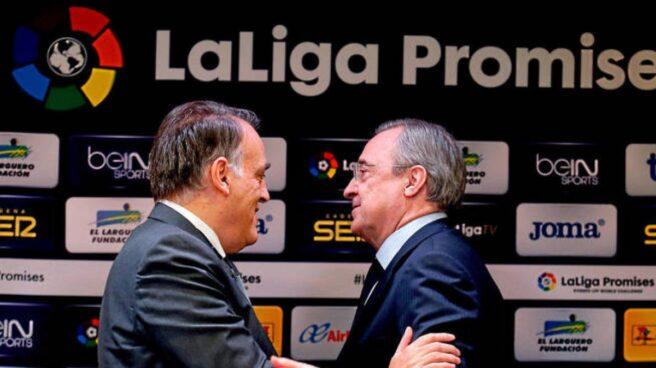 Javier Tebas (presidente de LaLiga) y Florentino Pérez (presidente del Real Madrid) se saludan en un evento organizado por LaLiga