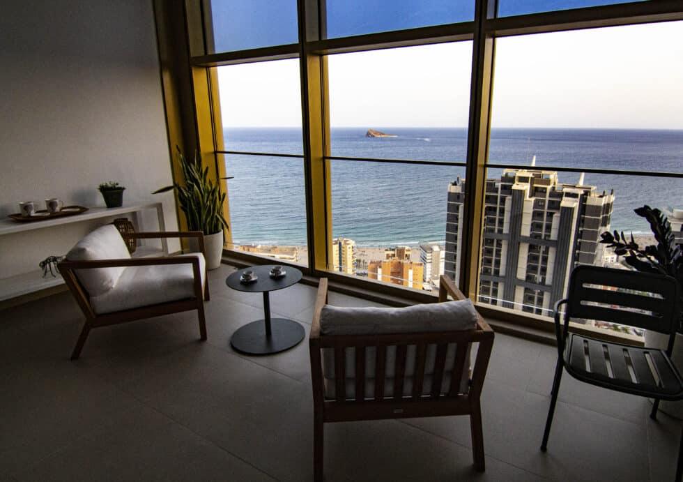 Terraza con muebles de un apartamento del edificio Intempo