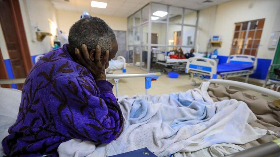 Un paciente en una cama de la UCI de un hospital de Machakos, Kenia