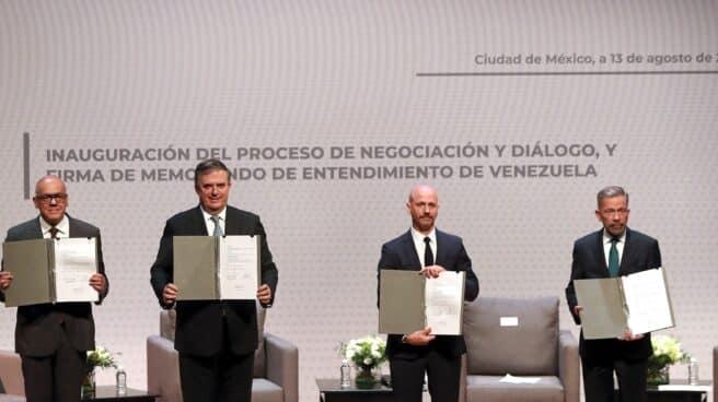 Los representantes del régimen chavista, la oposición, el gobierno mexicano y el mediador noruego, con el memorando de partida