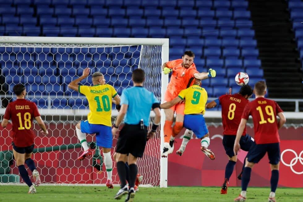 Momento en el que Unai Simón arrolla a Cunha y provoca el penalti