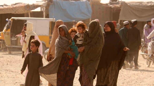 Varias afganas esperan a que se abra la frontera con Pakistán tras el avance de los talibanes