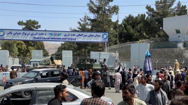Cientos de personas a la entrada del aeropuerto internacional de Kabul.