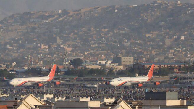 Aviones parados en el aeropuerto internacional de Kabul, donde una muchedumbre intenta huir de Afganistán tras la victoria talibán.
