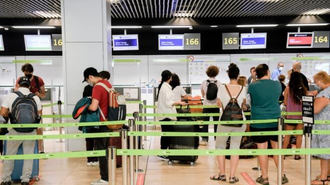 Pasajeros hacen cola en la terminal T1 del Aeropuerto Adolfo Suárez Madrid-Barajas.