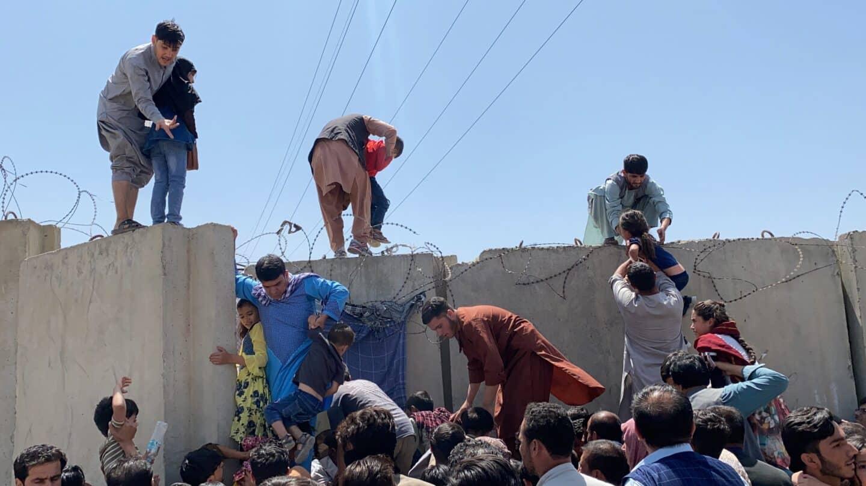 Caos total para huir de los talibán: al menos siete muertos en el aeropuerto de Kabul