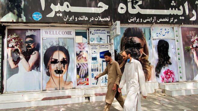 Dos hombres caminan por las calles de Kabul