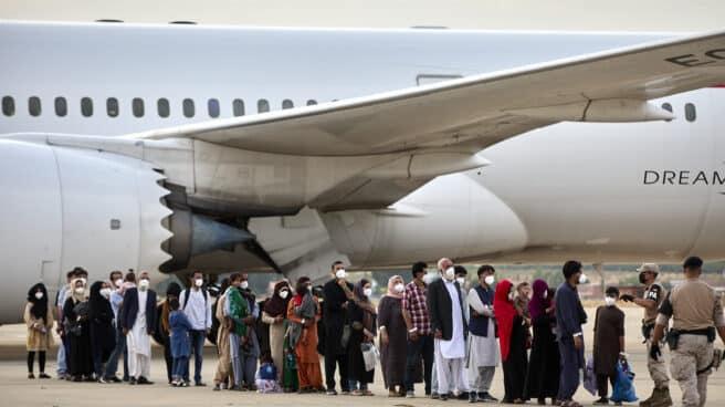 Varios refugiados afganos llegan a la base aérea de Torrejón de Ardoz