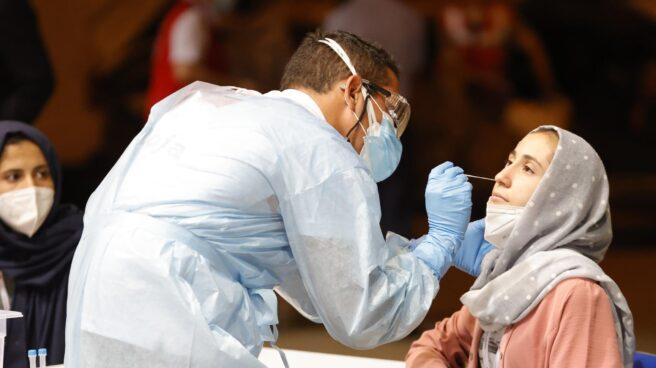 Una refugiada afgana se somete a un test de coronavirus al llegar a la base aérea de Torrejón.