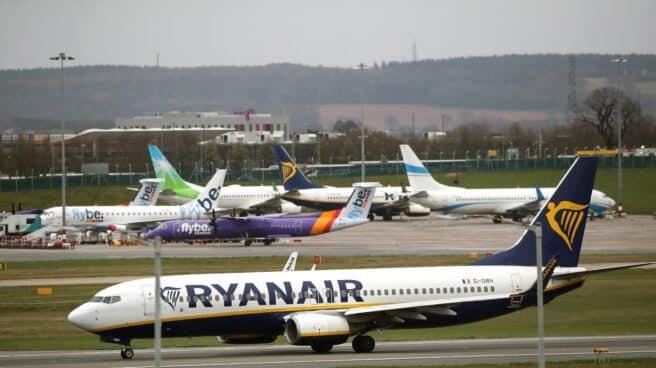 Imagen de un avión de Ryanair en las pistas de un aeropuerto.