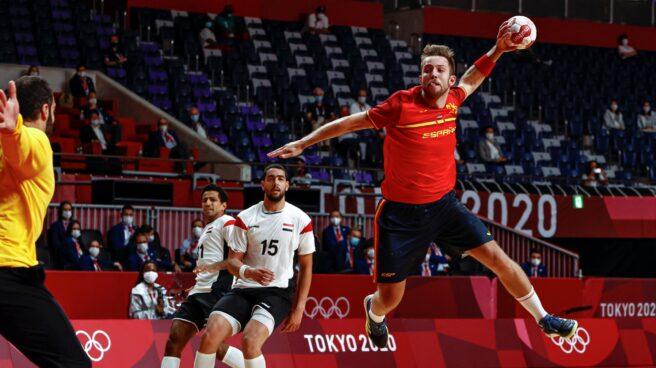 El español Aleix Gómez lanza a portería durante el encuentro masculino de balonmano por la medalla de bronce entre España y Egipto