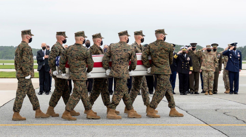 Biden recibe los féretros de los 13 militares fallecidos en el atentado de Kabul