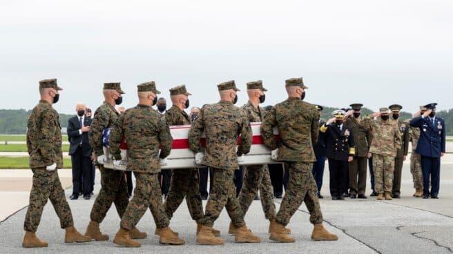 Joe Biden recibe en Dover los féretros de los militares caídos en Afganistán.