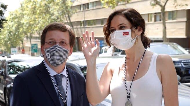 El alcalde de Madrid, José Luis Martínez-Almeida (i) y la presidenta de la Comunidad, Isabel Díaz Ayuso (d).