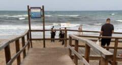 Hallan el cadáver de un hombre a 50 metros de la orilla en una playa de Elche