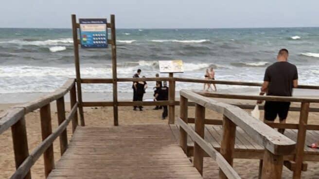 Orilla de la playa de Arenales del Sol en Elche (Alicante)