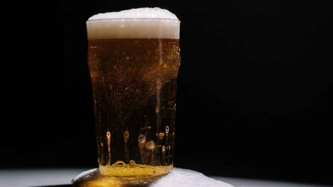 Una vaso de cerveza sobre una mesa.