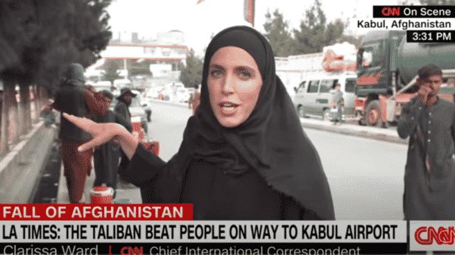 Fotograma de Clarisaa Ward, periodista de la CNN, informando desde Afganistán vestida con un hiyab y una abbaya