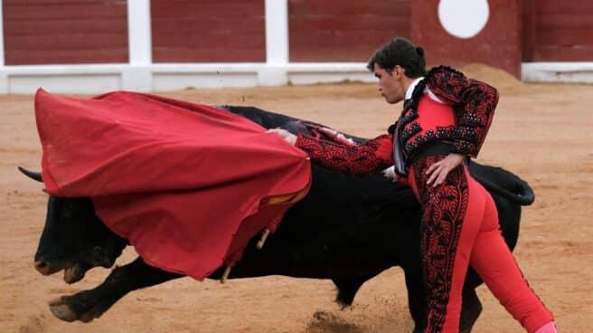Daniel Luque lidia un toro durante la feria de Gijón, este fin de semana.