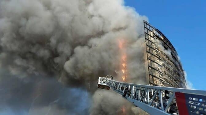 Así ha sido el incendio que ha devorado un rascacielos en Milán