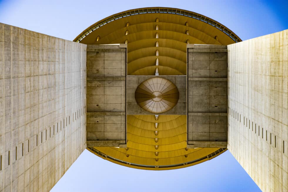 El Diamante del edificio Intempo, visto desde abajo.