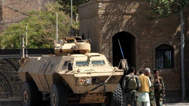 Funcionarios de seguridad afganos patrullan después de recuperar el control de partes de la ciudad de Herat