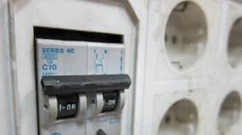 El precio de la luz baja por segundo día consecutivo este domingo, hasta 110 euros/MWh