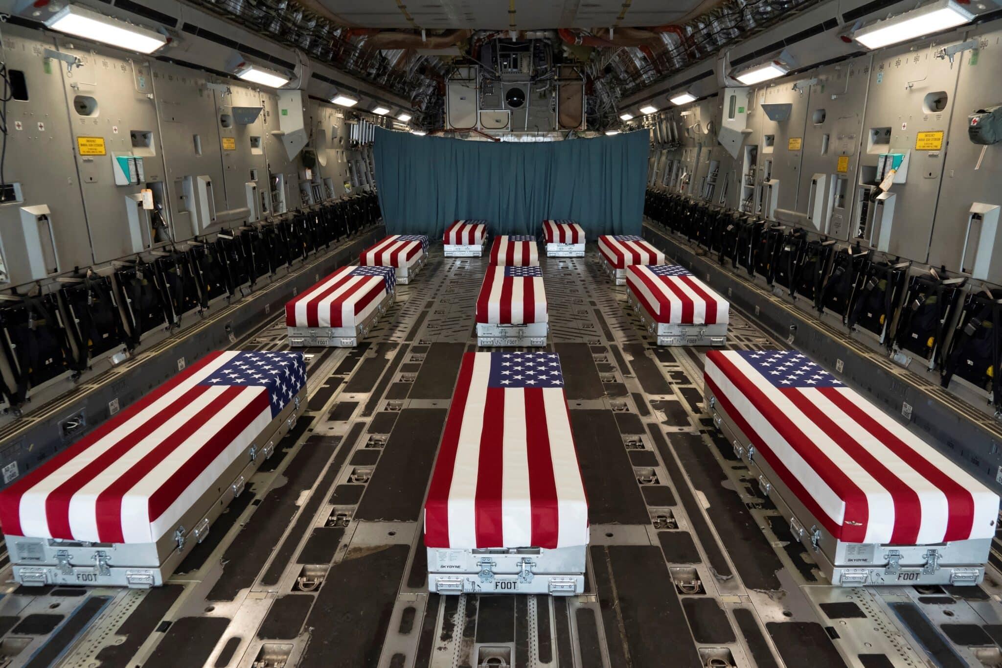 Féretros de los militares estadounidenses fallecidos recientemente en un atentado en Afganistán