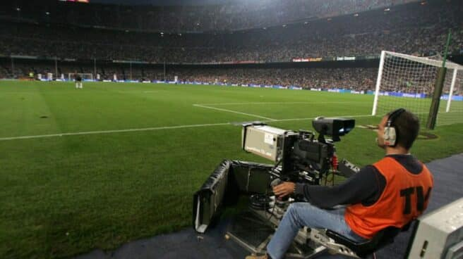 Una cámara de televisión graba en directo un partido de fútbol en el Camp Nou (Barcelona)